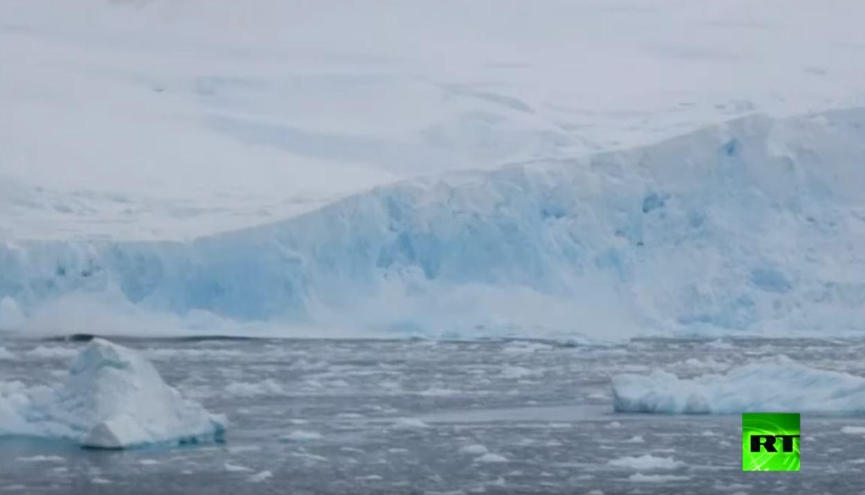 لحظة انفصال جبل جليدي هائل في أنتاركتيكا