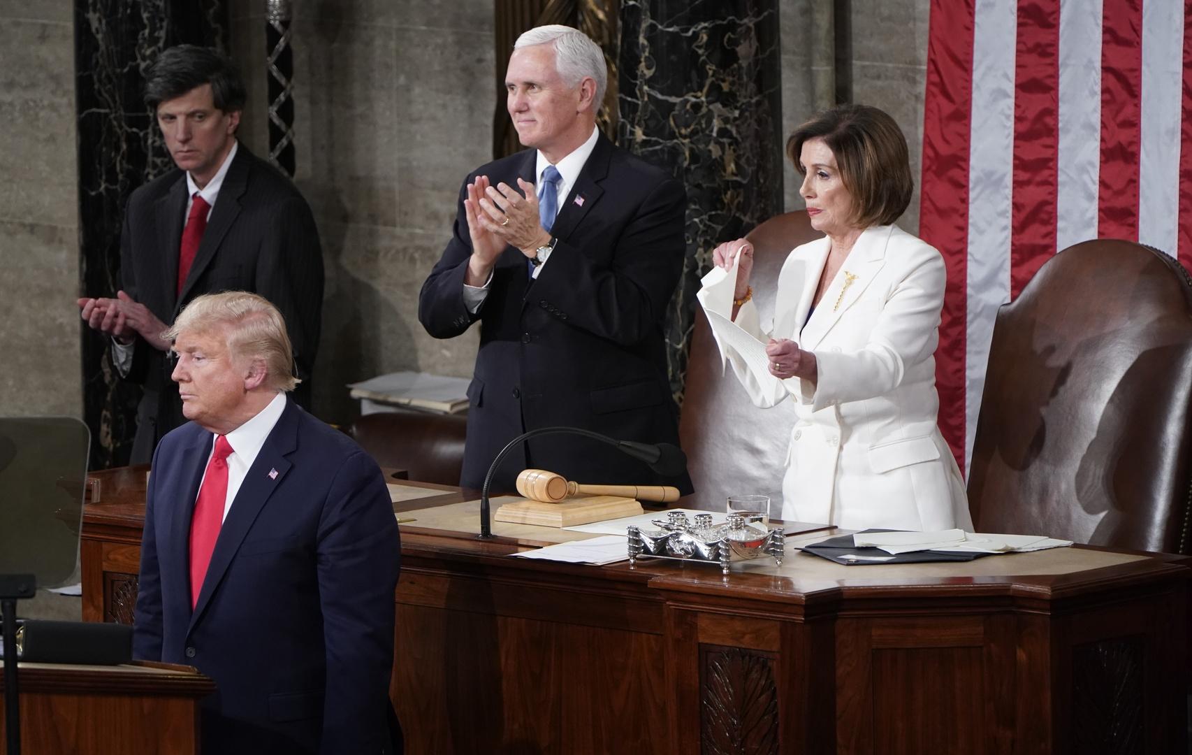 رئيسة مجلس النواب الأمريكي، نانسي بيلوسي تمزق نسخة لكلمة رئيس البلاد، دونالد ترامب، في الكونغرس، يوم 5 فبراير.