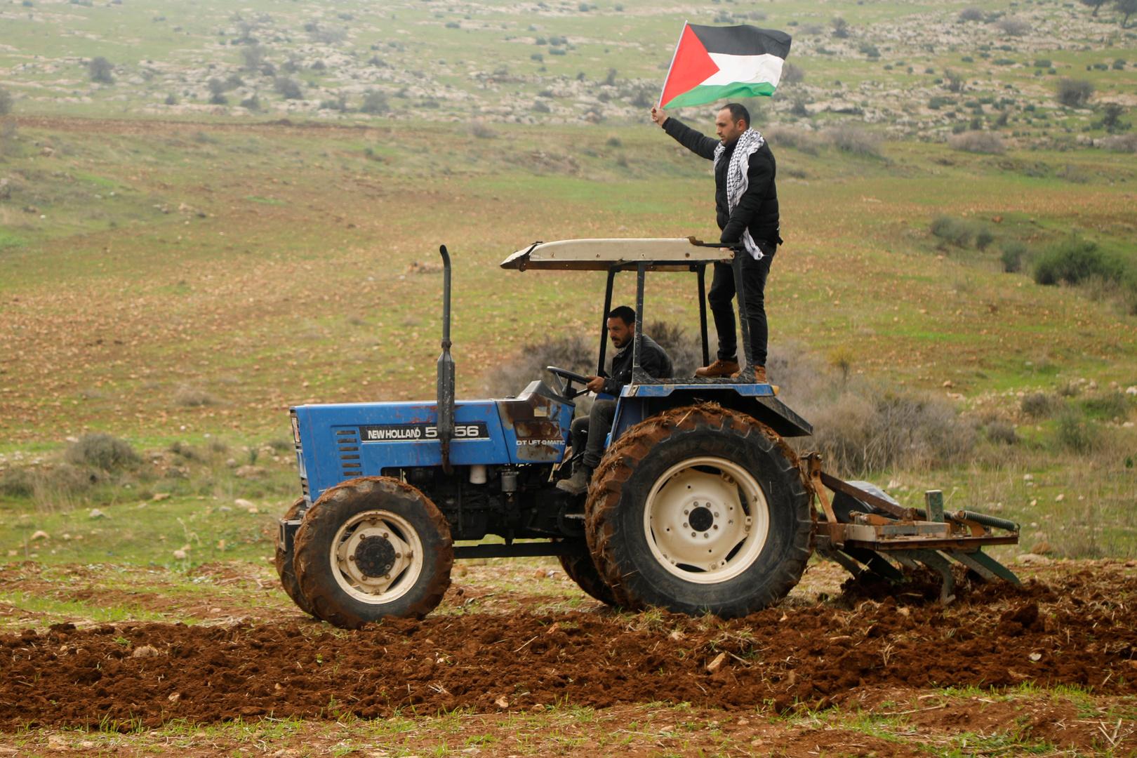 فلسطيني يحرث أرضه