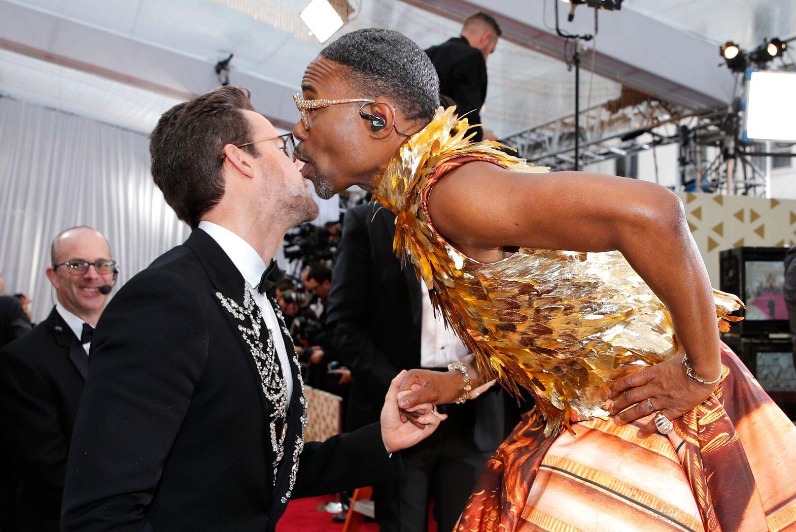 فنان مشهور بفستان نسائي في الأوسكار.. وقبلة غير متوقعة تثير جدلا!(صور)