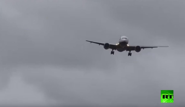 طائرة تواجه رياحا عاتية بمطار هيثرو في لندن
