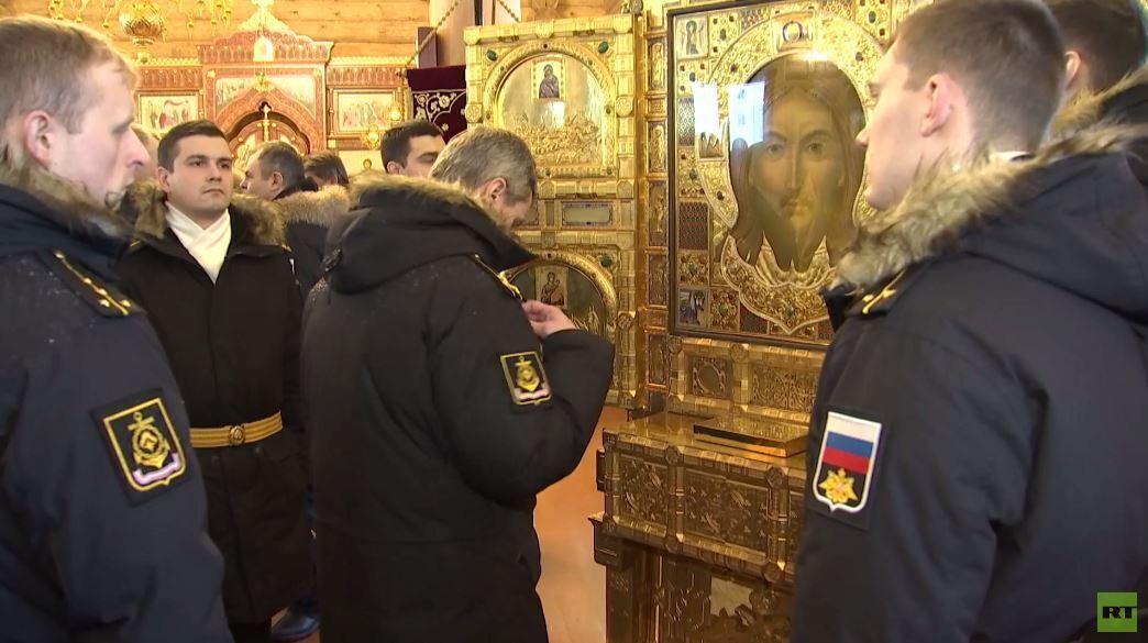 إيقونة القوات الروسية المسلحة الرئيسية تصل قاعدة الغواصات شمال روسيا