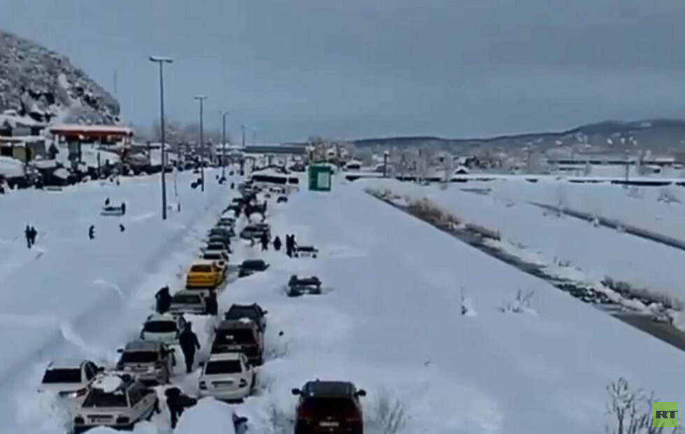 عاصفة ثلجية غير مسبوقة تضرب مناطق شمالي إيران (فيديو)