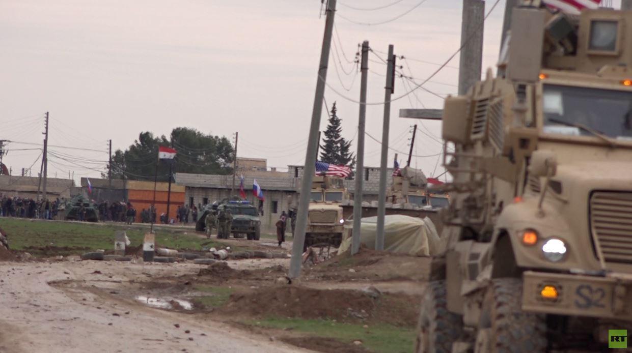 شاهد.. القوات الروسية تفض اشتباكا بين القوات الأمريكية وأهالي قرية خربة عمو