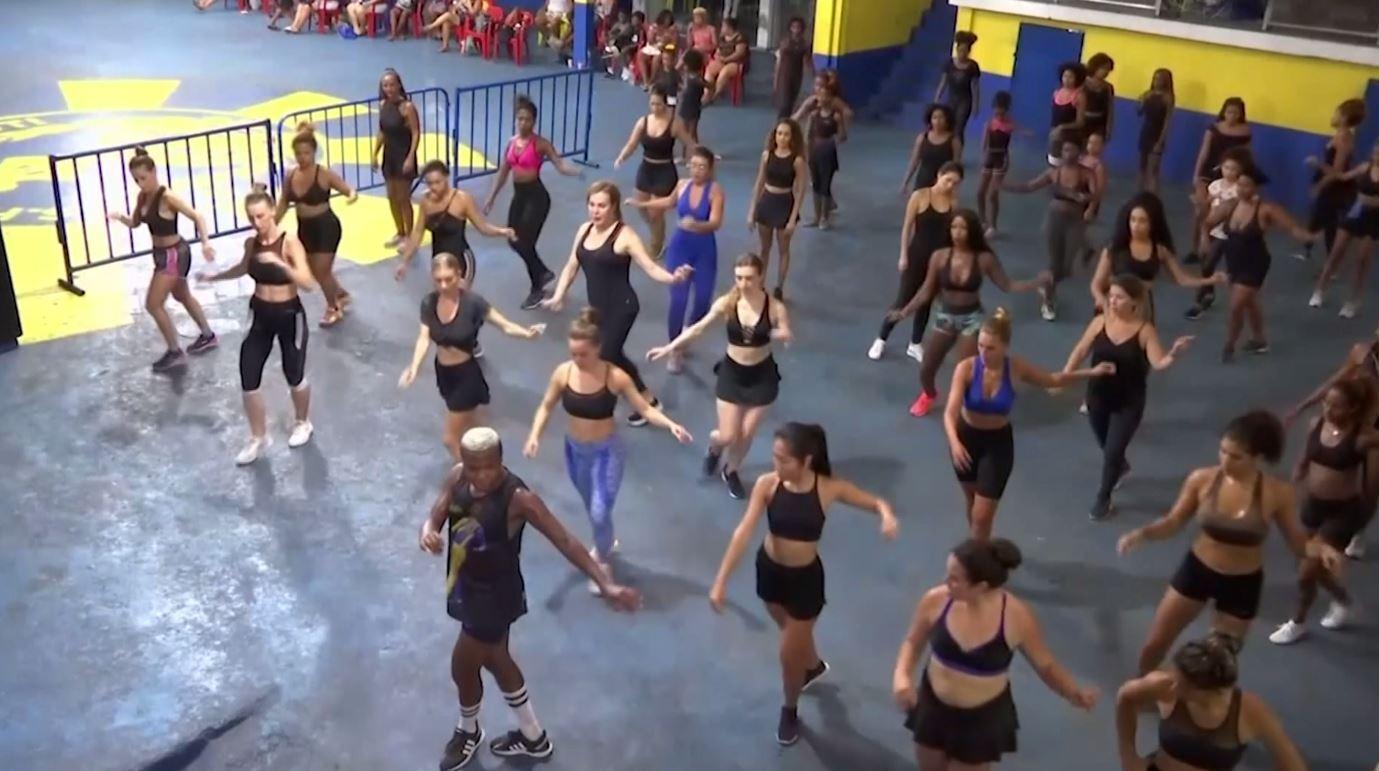 شاهد.. مدرسة السامبا للأجانب في ريو البرازيلية