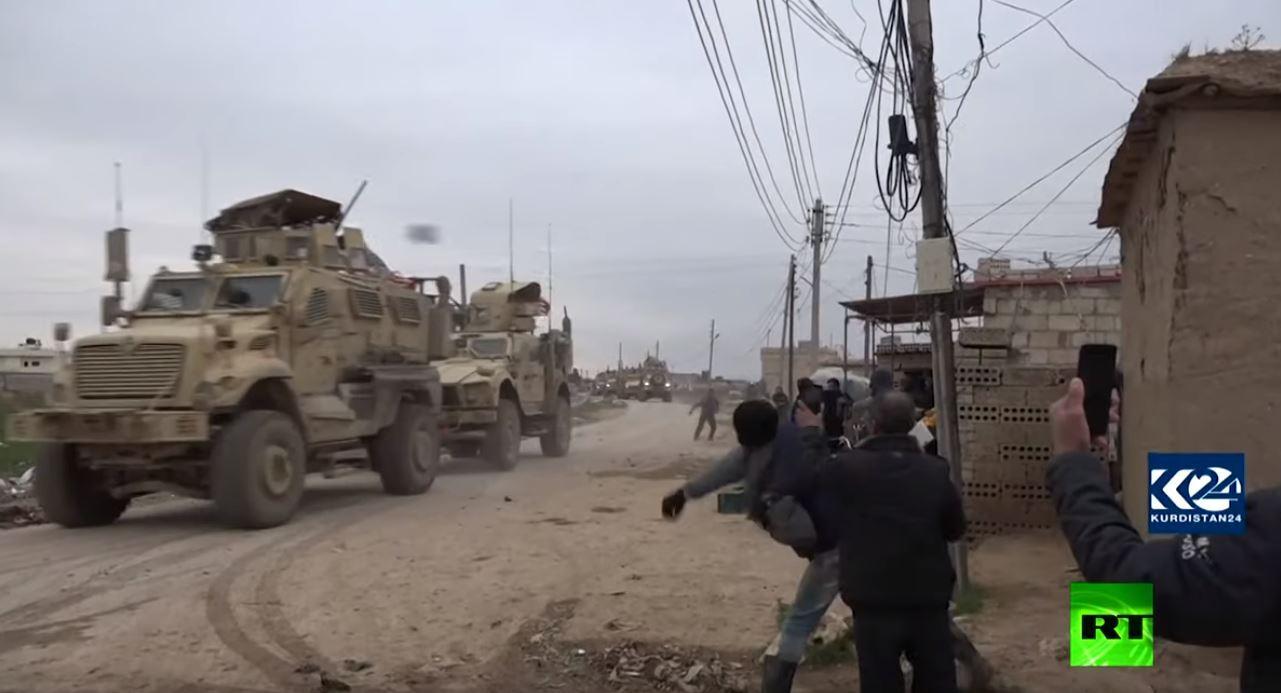 سوريا.. رتل عسكري أمريكي يتعرض للرشق بالحجارة