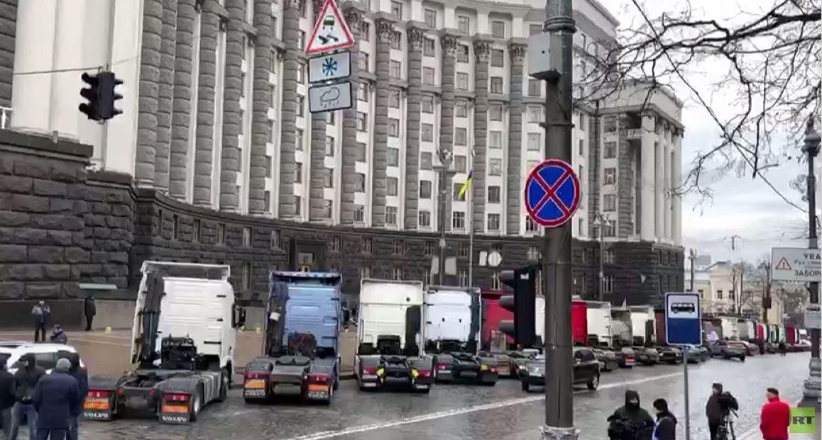 شاهد.. احتجاج بالشاحنات أمام مبنى الحكومة في كييف