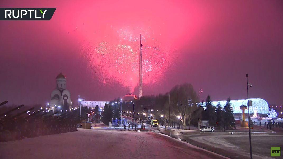 شاهد..  الشهب النارية تضيء سماء موسكو احتفالا بالذكرى الـ75 لتحرير بودابست