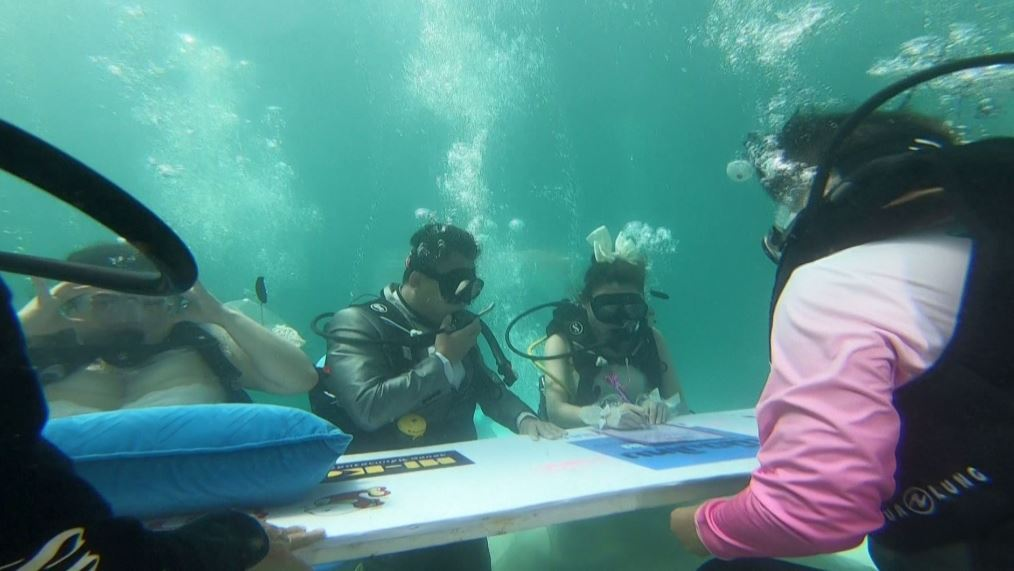 في عيد الحب.. عشاق يعقدون زواجهم تحت الماء