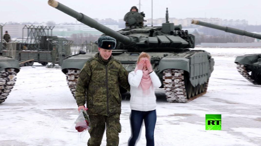 شاهد.. ملازم روسي يطلب يد حبيبته مدعوما بفصيل من الدبابات