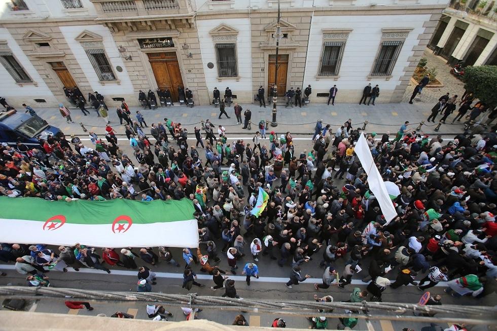 الجزائريون يواصلون الاحتجاج بعد نحو عام على بدء المظاهرات (فيديو)