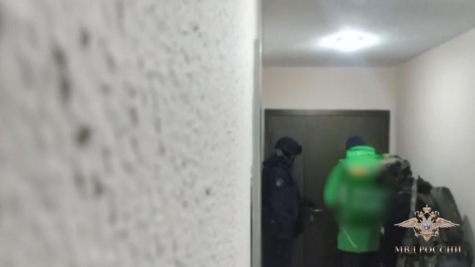 فتى التوصيل يساعد الشرطة في اقتحام منزل مجرم