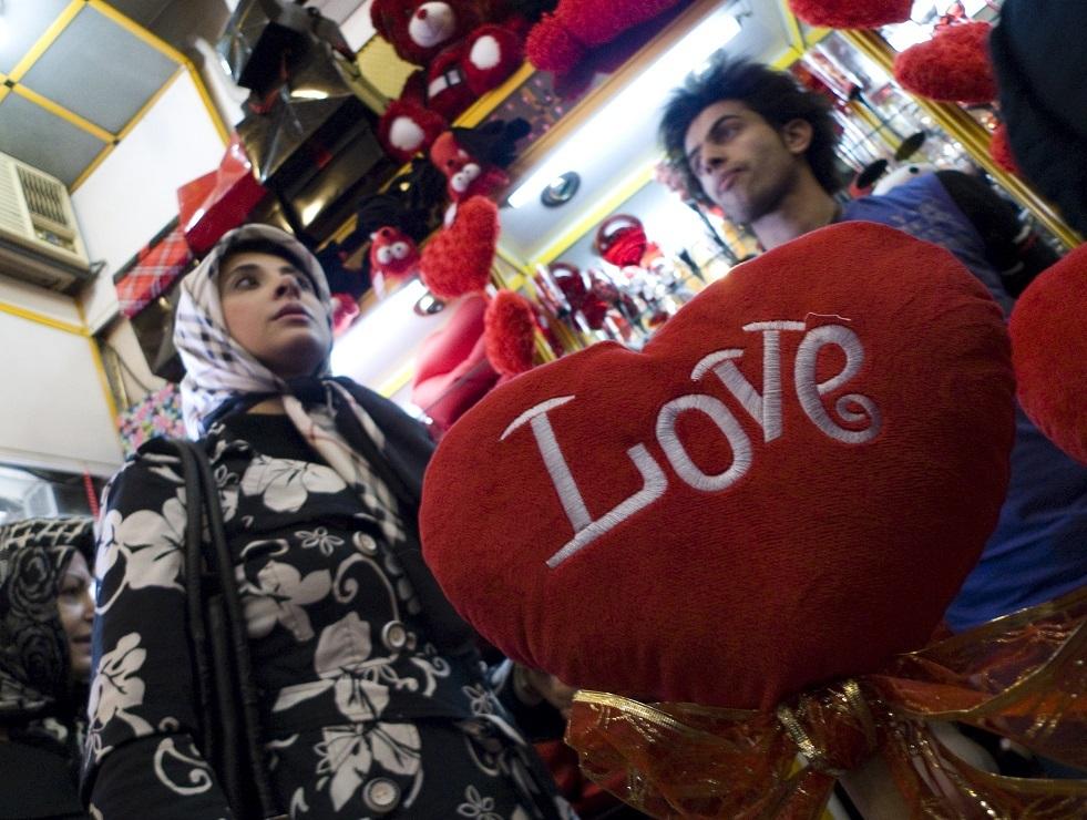 أجواء عيد الحب تعم طهران رغم انتقادات المحافظين (فيديو)