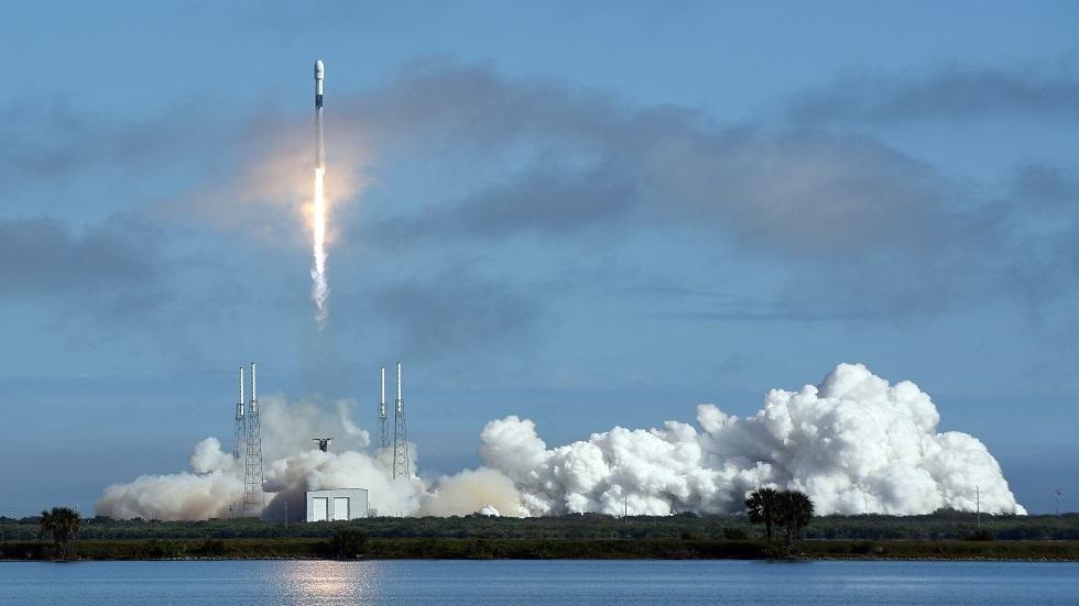 سقوط المرحلة الأولى لصاروخ فالكون-9 في البحر