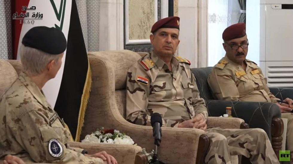 رئيس هيئة الأركان العراقية الفريق أول ركن عثمان الغانمي مع رئيس بعثة الناتو في العراق