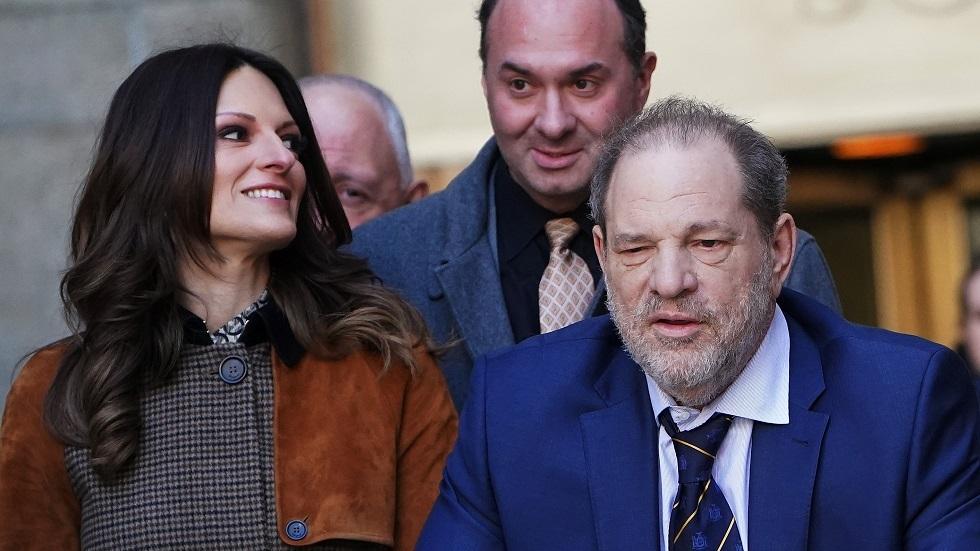 المنتج هارفي واينستين ومحاميته دونّا روتونّو أثناء خروجهما من قاعة المحكمة 14 فبراير الجاري