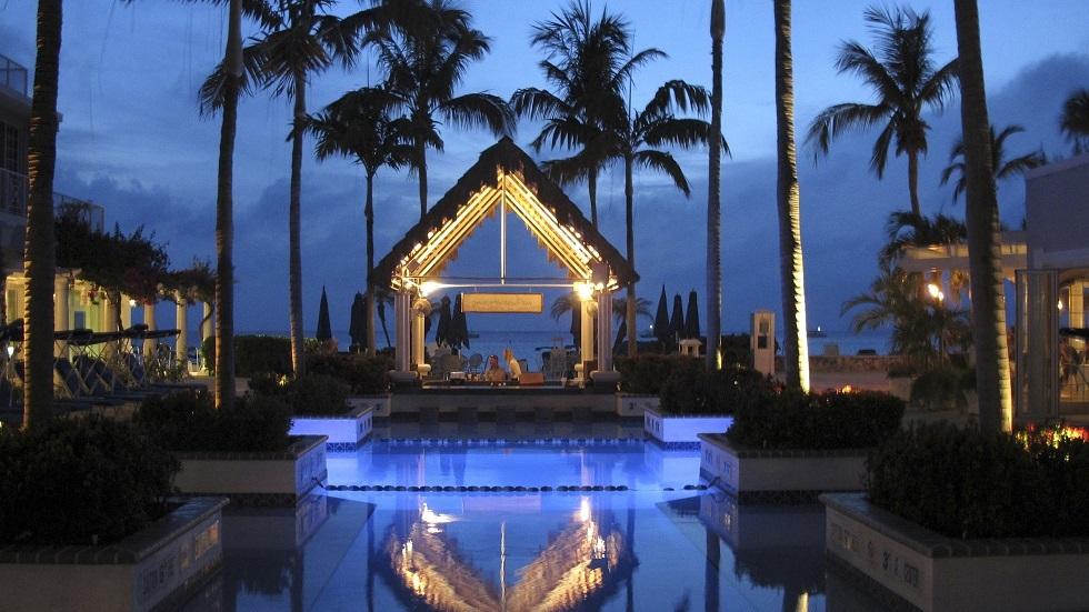 أحد فنادق جزر كايمان