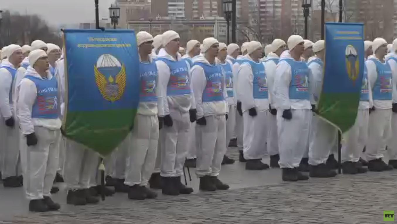 مسير مشترك لقوات المظليين تكريما لذكرى النصر