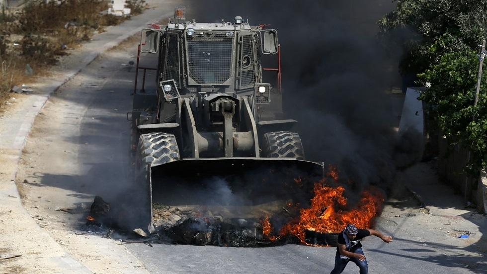 جرافة إسرائيلية تهاجم المتظاهرين الفلسطينيين في