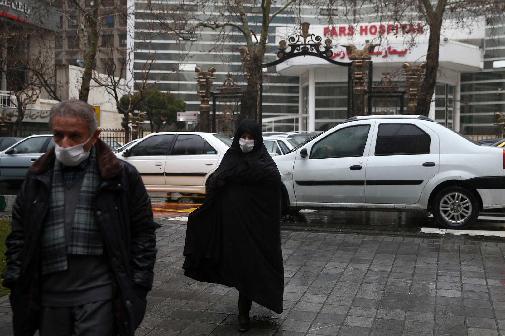 إيرانيون أمام مستشفى طهران