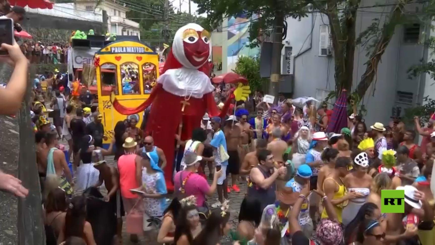 الآلاف يحتشدون في شوارع البرازيل للاحتفال بكرنفال