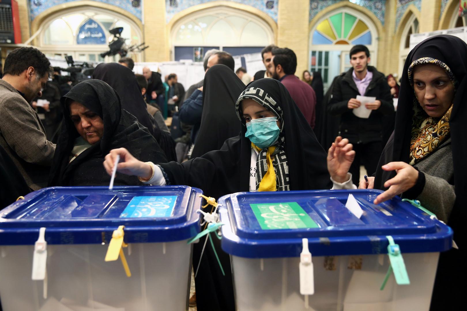 عملية التصويت في أحد مكاتب الاقتراع بالانتخابات البرلمانية الإيرانية