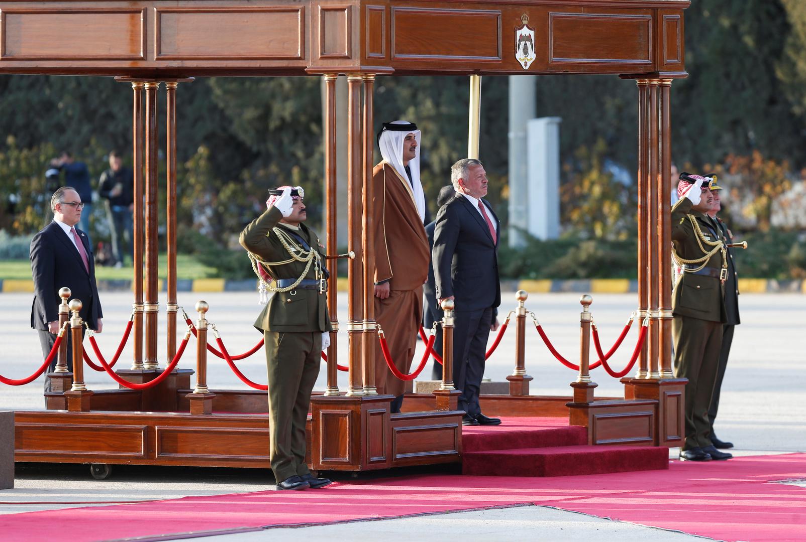 أمير قطر يوجه بتوفير 10 آلاف فرصة عمل للأردنيين