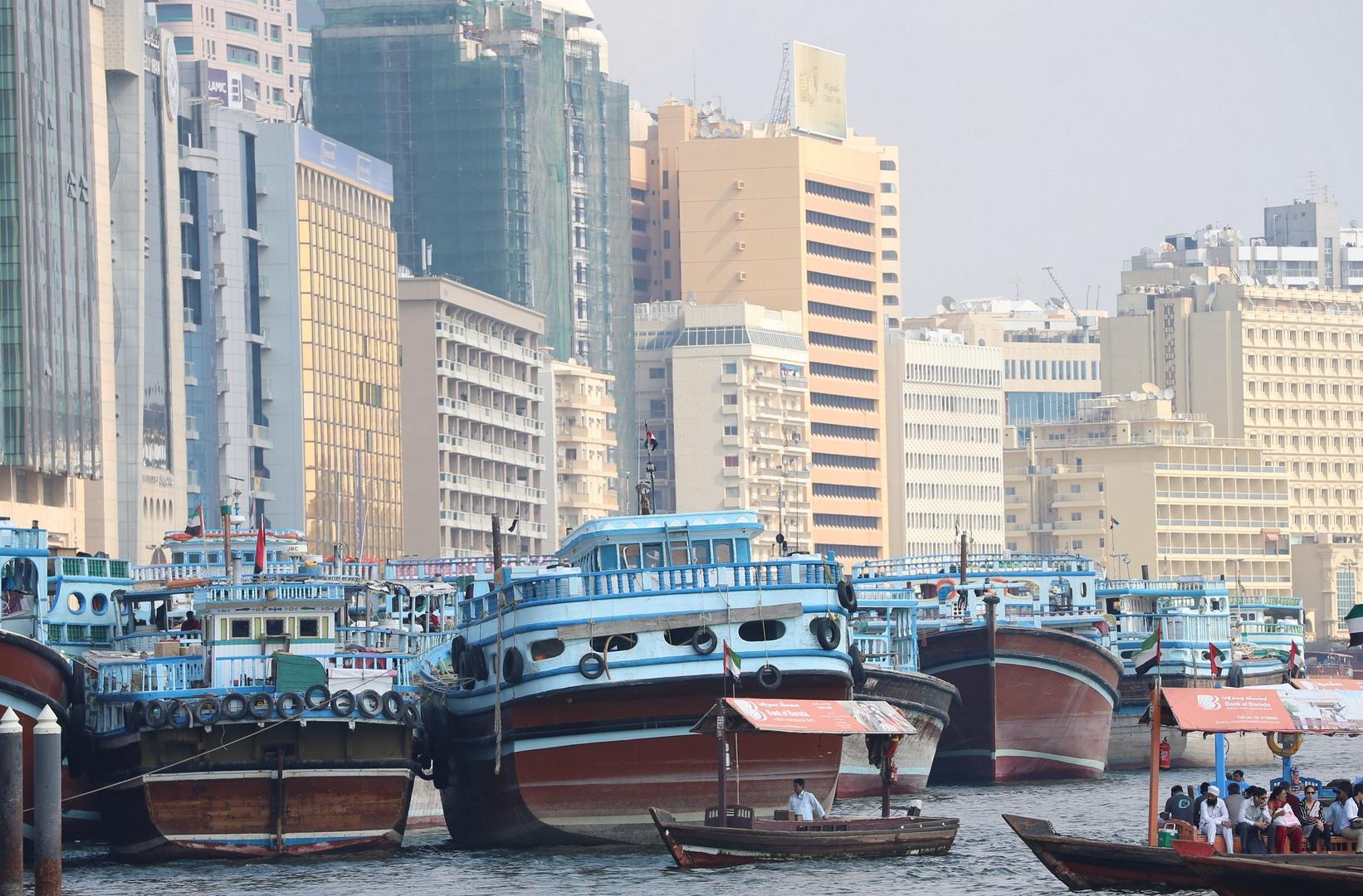 شاهد مئات القوارب والسفن الإيرانية عالقة أمام شواطئ دبي