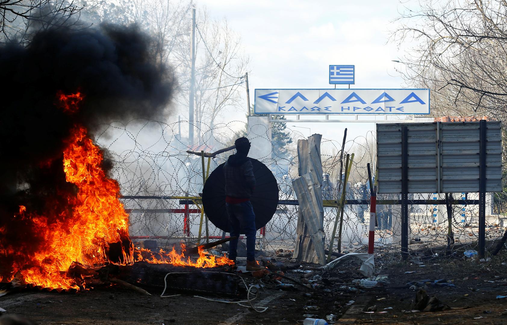 اشتباكات بين الشرطة واللاجئين القادمين من تركيا عند حدود اليونان