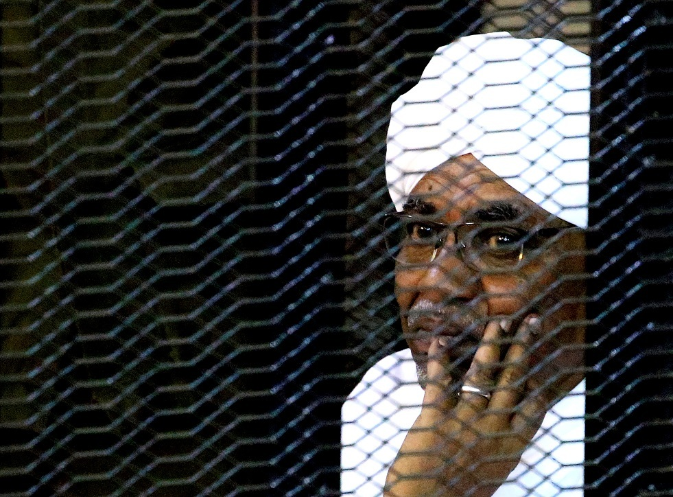 إقالة عشرات الدبلوماسيين بالسودان بسبب صلاتهم بالبشير