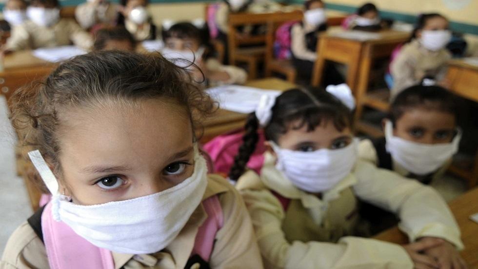 طالبات في إحدى مدارس مصر يضعن كمامات طبية على وجوههن - أرشيف
