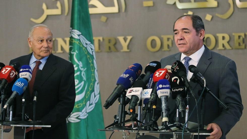 الأمين العام لجامعة الدول العربية أحمد أبو الغيط ووزير الخارجية الجزائري صبري بوقادوم