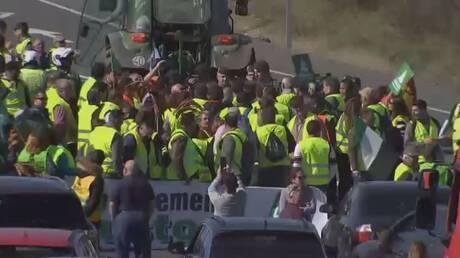 إسبانيا.. المزارعون يغلقون طرقا رئيسية بالجرارات