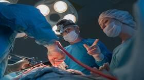 أول عملية جراحية في العالم لزرع كف من شخص إلى آخر