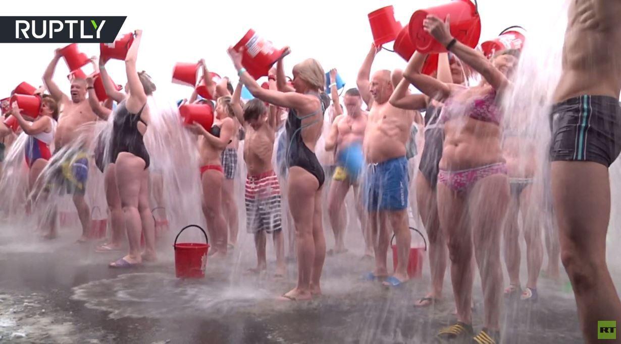 رقم قياسي جديد في تحدي سكب دلو الماء البارد في كراسنويارسك الروسية