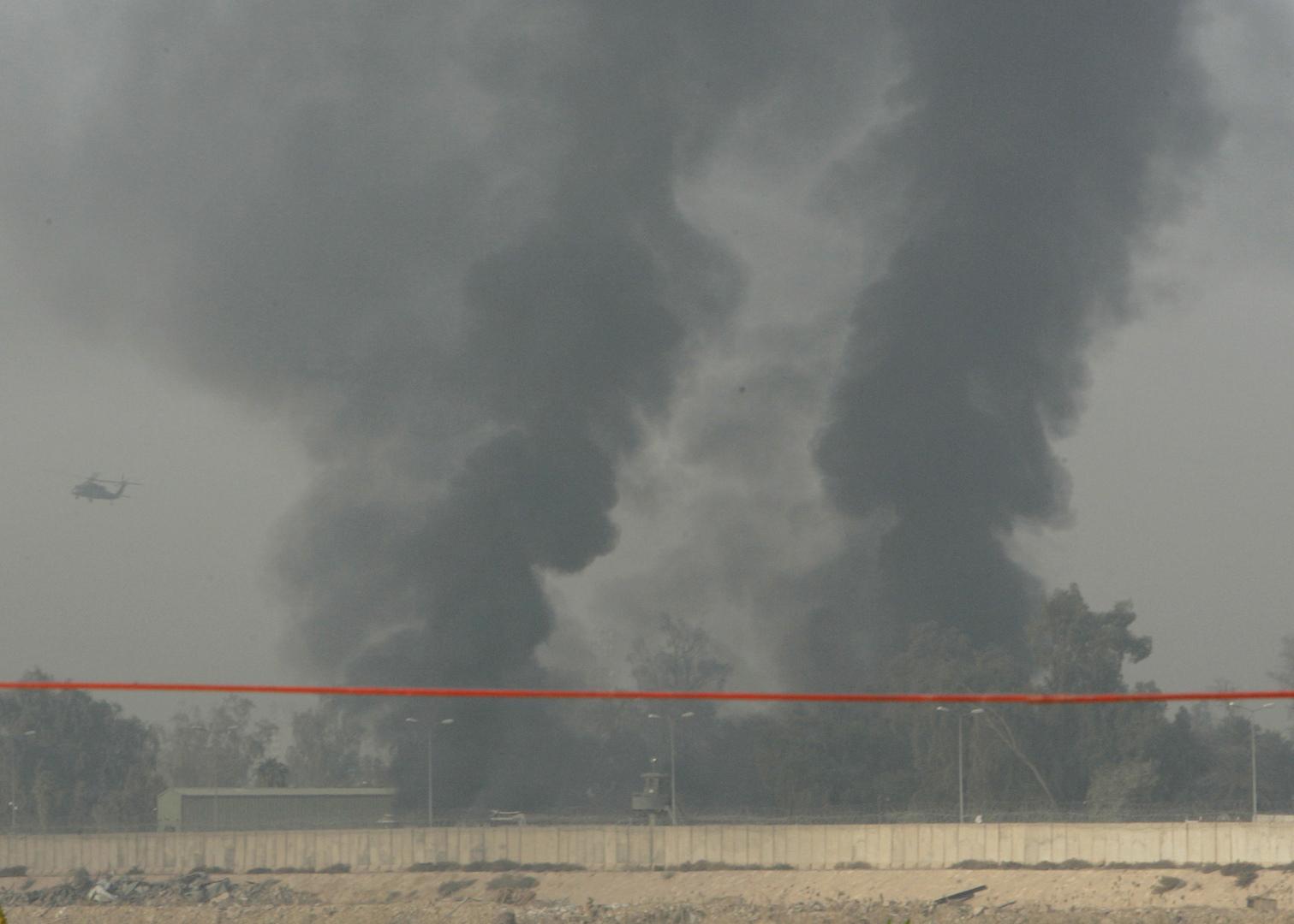 أعمدة دخانية تتصاعد نتيجة قصف صاروخي على المنطقة الخضراء في بغداد (أرشيف)