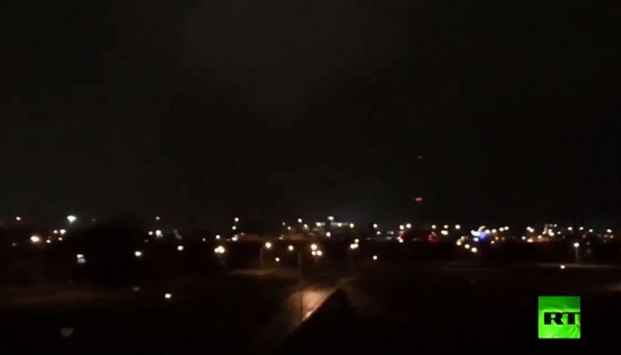برق غير مسبوق يضيء سماء مدينة أمريكية قبل إعصار مدمر