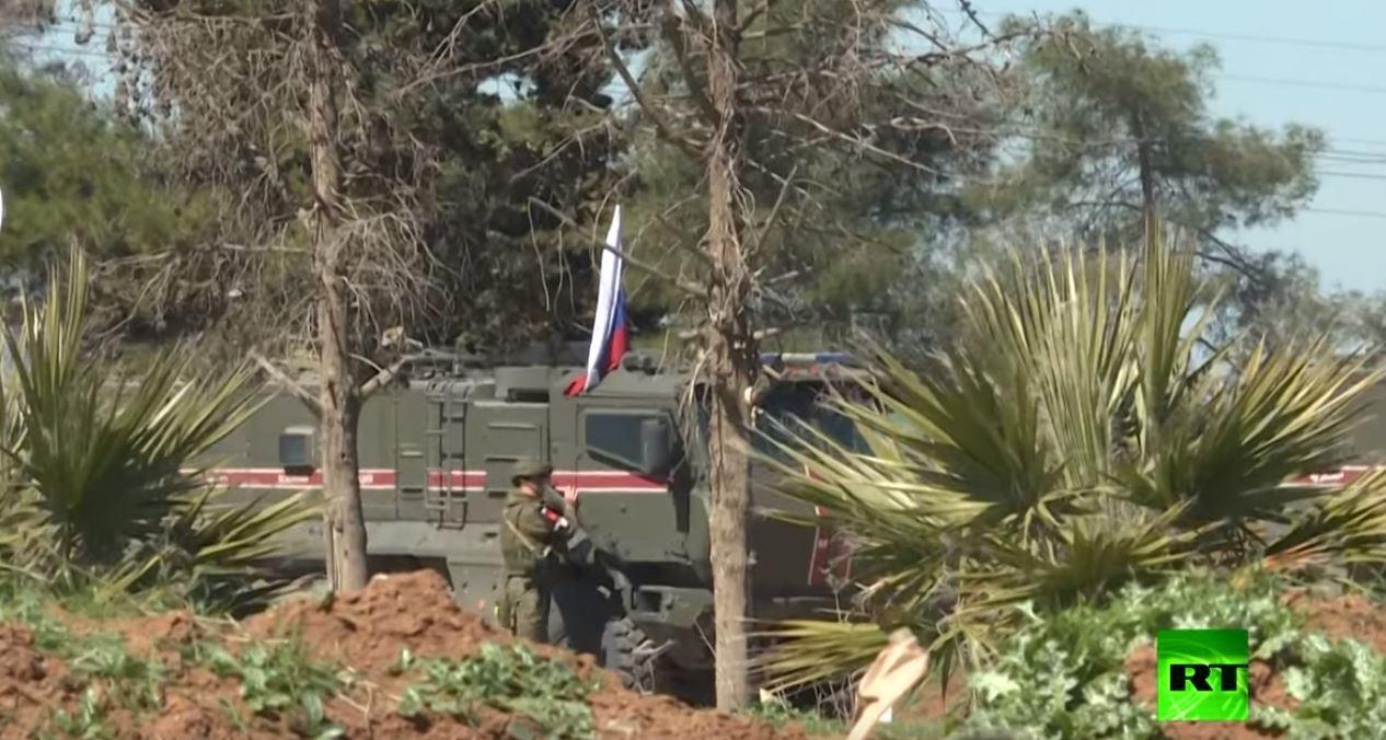 الشرطة العسكرية الروسية تسير دورياتها بالقرب من مطار القامشلي
