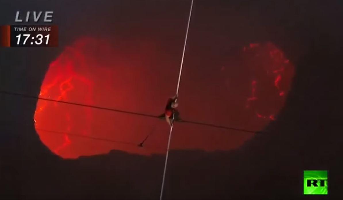 لأول مرة.. مغامر أمريكي يسير على حبل فوق بركان نشط