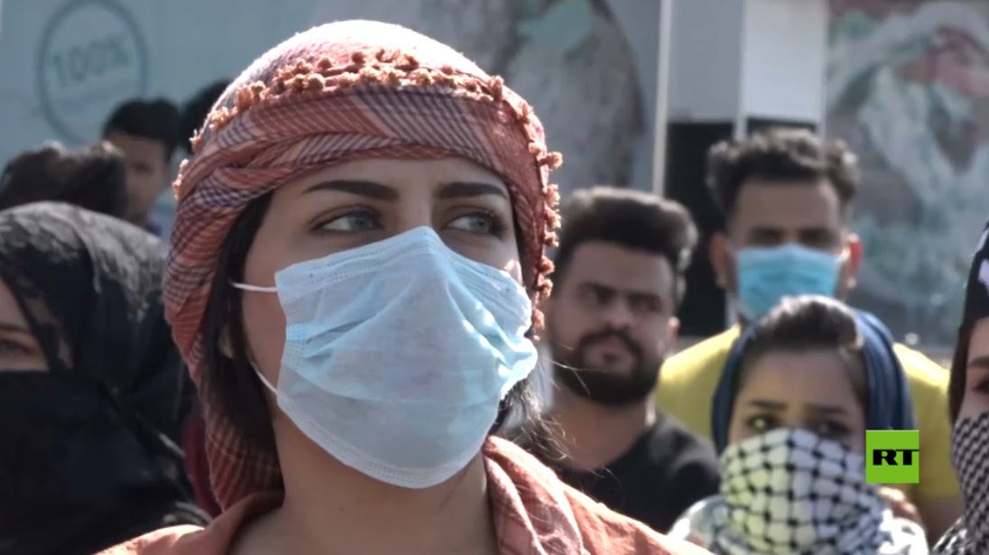 توزيع كمامات في مظاهرات البصرة وسط مخاوف من فيروس كورونا