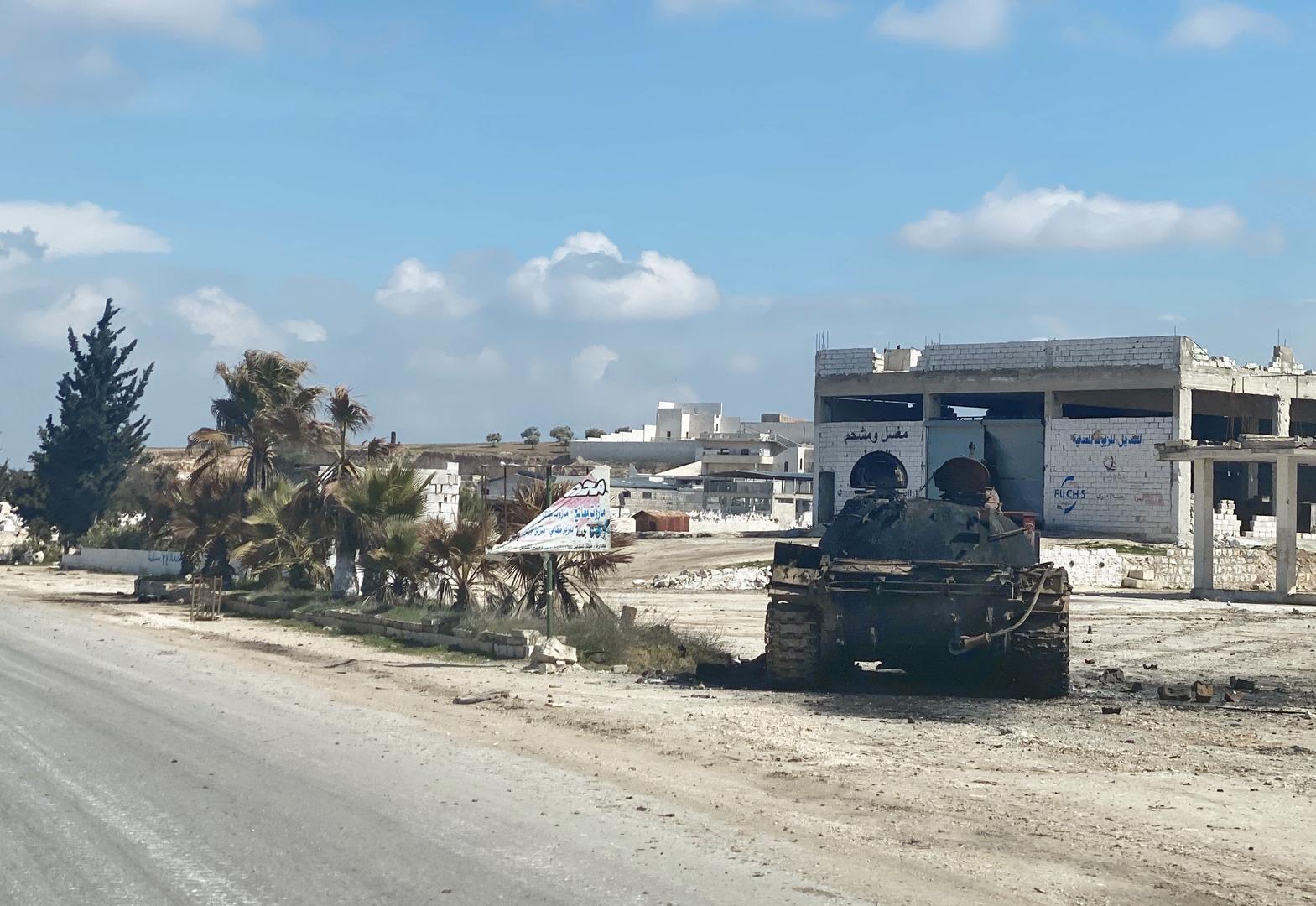 دبابة قرب طريق M5 الدولي في محافظة إدلب