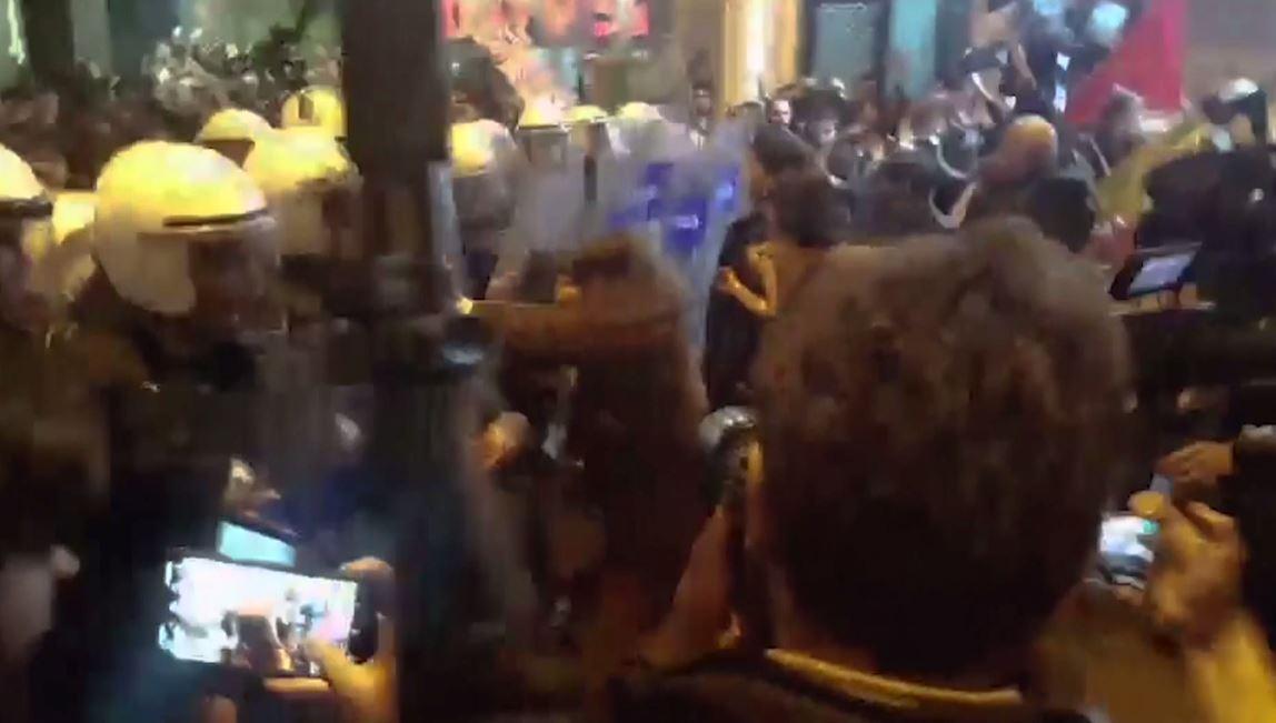 بالفيديو.. مواجهات بين شرطة اسطنبول والنساء