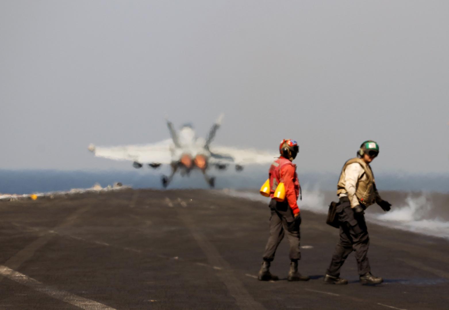إقلاع مقاتلة قاذفة من طراز F/A-18E Super Hornet من على متن حاملة الطائرات