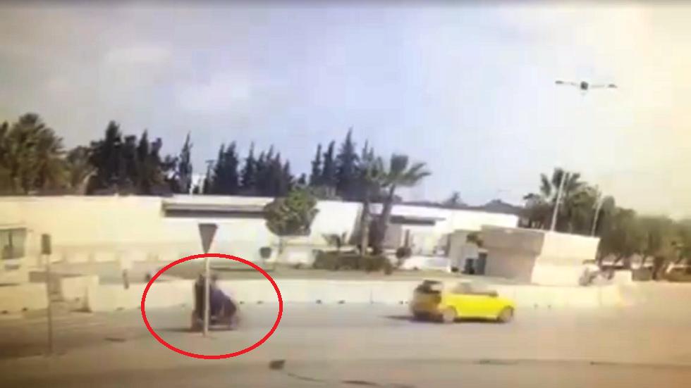 تونس.. شاهد لحظة التفجير الانتحاري قرب نقطة أمنية