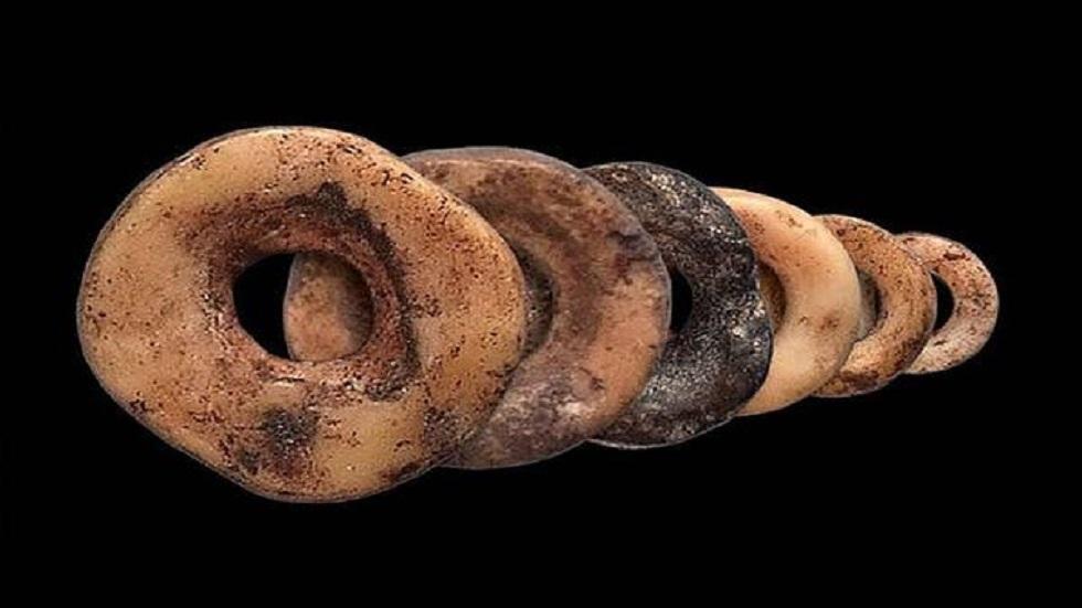 العثور على مجوهرات من العصر الحجري