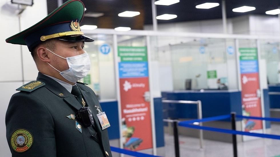 عنصر من حرس الحدود في مطار مدينة ألما آتا جنوبي كازاخستان
