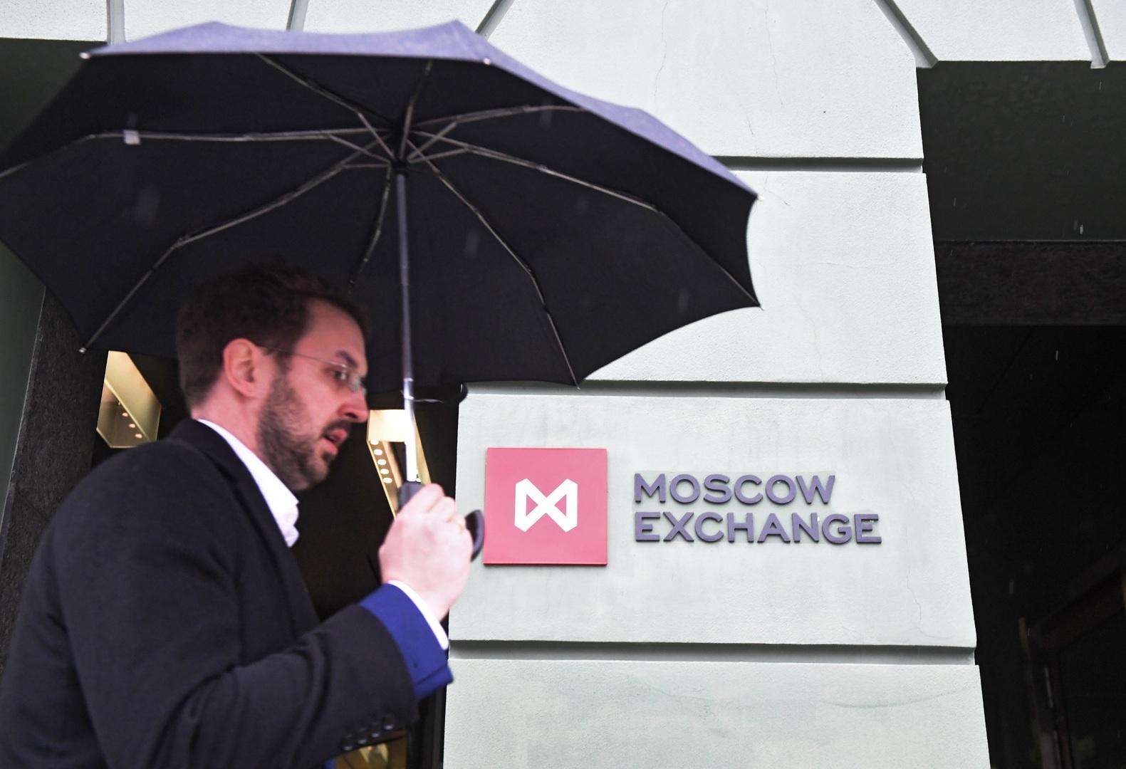 بورصة موسكو تتلون بالأحمر