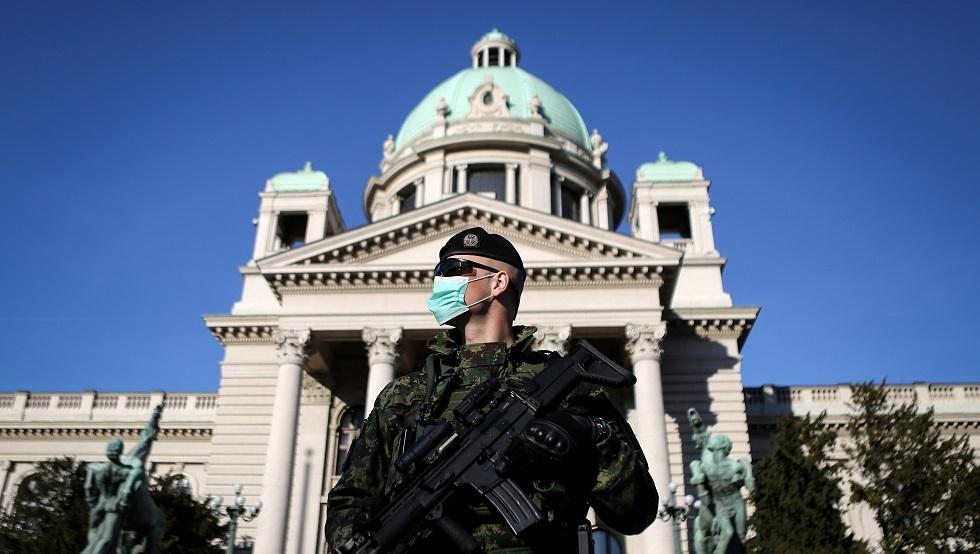 حارس أمام مقر البرلمان الصربي في بلغراد