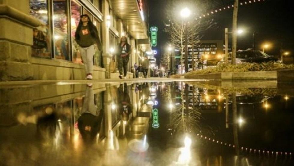 مارة في شارع في مدينة كولومبوس بولاية أوهايو الأمريكية يوم 15 الجاري