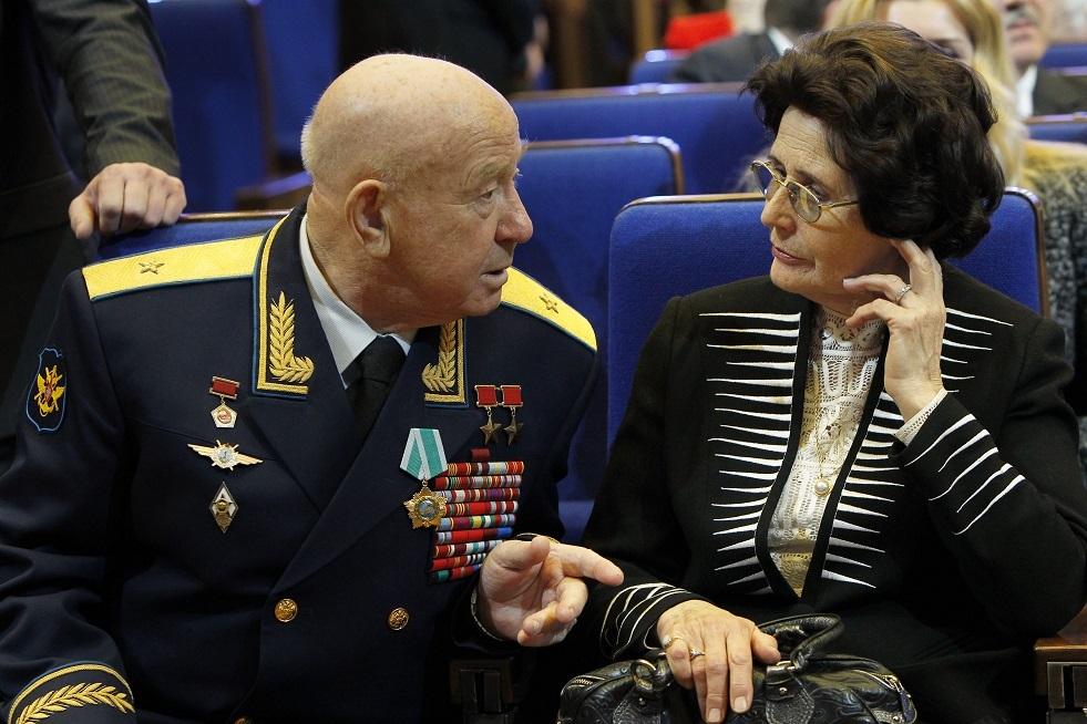 أرملة أول رائد فضاء في التاريخ يوري غاغارين، السيدة فالنتينا  مع رائد الفضاء أليكسي ليونوف